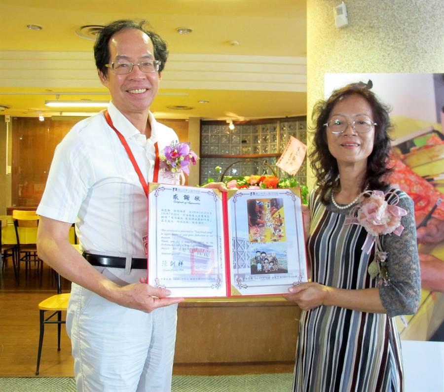 國立科工館館長陳訓祥(左)贈感謝狀予蔡雪(土屏)(右) 。(呂素麗攝)