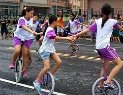 高雄3校國小畢業生 騎獨輪車遊眷村