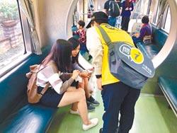 問路、借Wi-Fi、拍合照…火車上也有借問站
