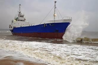 金門擱淺海灘貨輪 今晨脫困重返大海
