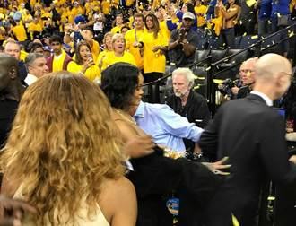 NBA》有這種總裁?席爾佛樂當蕾哈娜保鑣