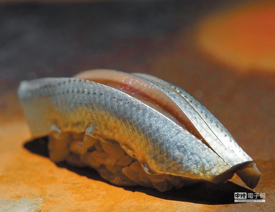 足立浩正賦味的手法很多元,圖中魚肉的凹槽就「夾藏」著醬汁。圖/姚舜