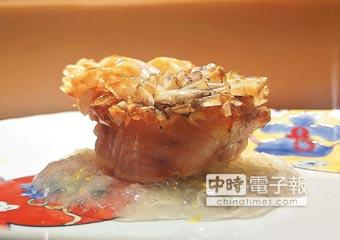 將魚鱗烤至酥香脆的〈紅魽立鱗〉,襯了用大根葛粉作的晶凍提味。圖/姚舜