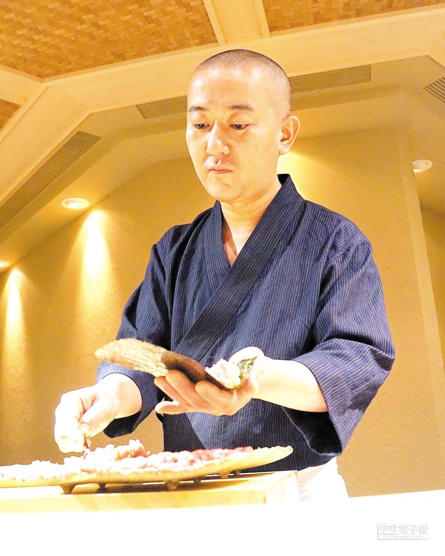 足立浩正(Hiromasa Adachi)料理時的神態很專注且自若。圖/姚舜