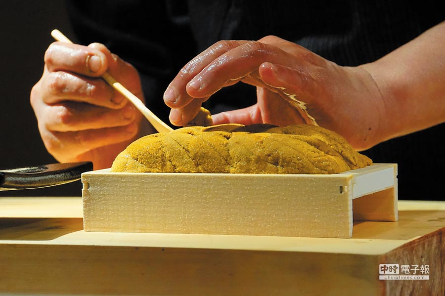北海道鮭卵顏色搶眼、味道極鮮甜,為了避免弄破,足立浩正將握壽司捏好後即用手遞給客人享用。圖/姚舜