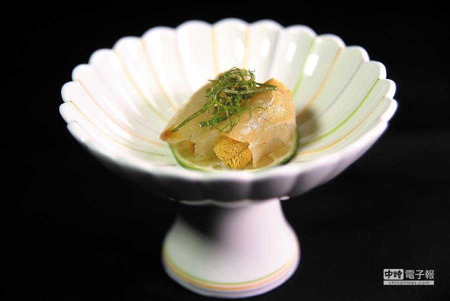 用昆布醃漬過的鯛魚片包捲唐津赤海膽作餡,味道鹹鮮甘甜交織激盪,非常美味。圖/姚舜