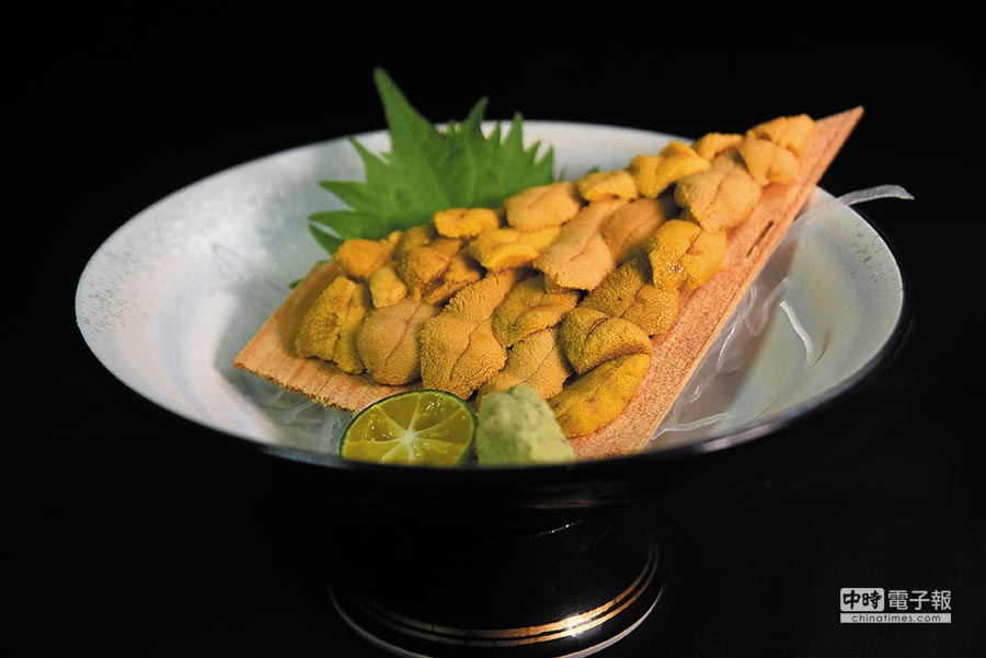 在〈子元〉點〈唐津赤海膽〉,一次可以吃20瓣,非常過癮。圖/姚舜