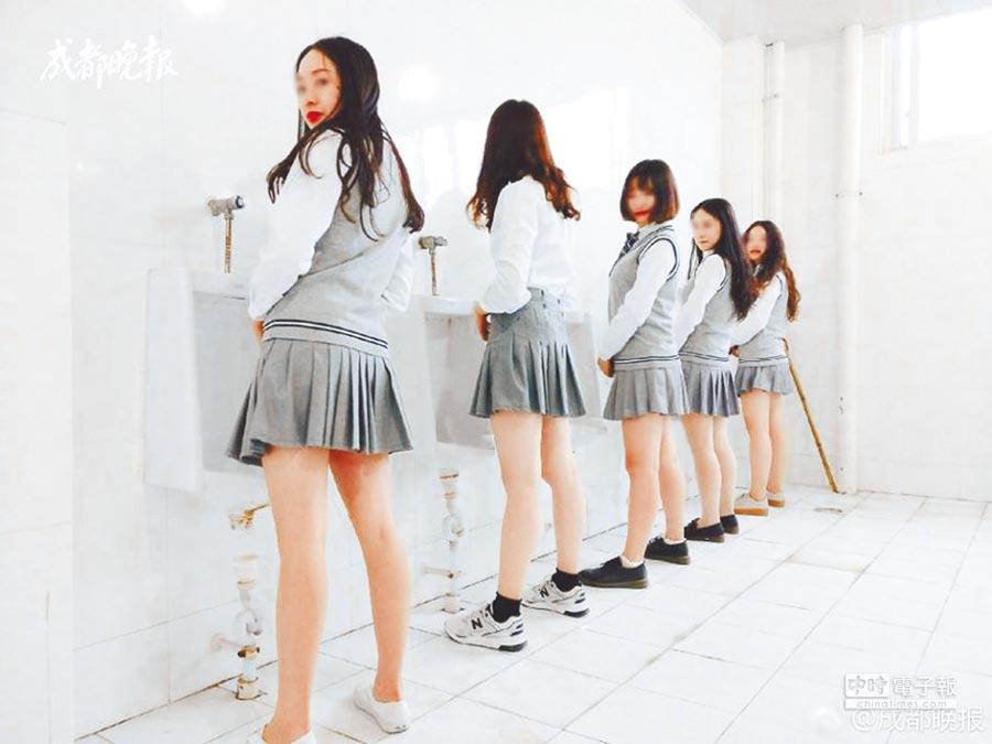 成都某大學女學生在男廁拍畢業照,引起網友抨擊。(取自《成都晚報》)