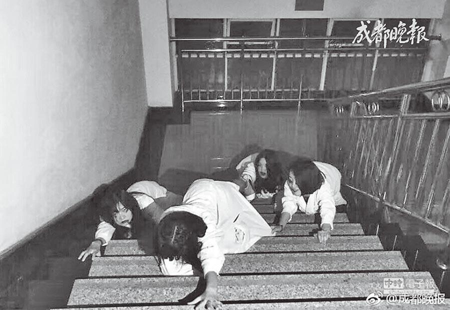 成都中醫藥學院檢驗系學生拍黑白殭屍風畢業照。(取自《成都晚報》)