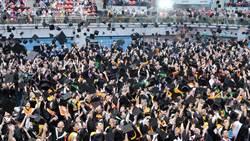 台大畢典   畢業生拋帽慶祝