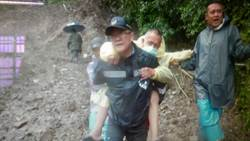 挖土機挖斗當擔架 仁愛警協助望洋部落病患脫困