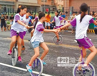 3國小應畢生 騎獨輪車暢遊眷村