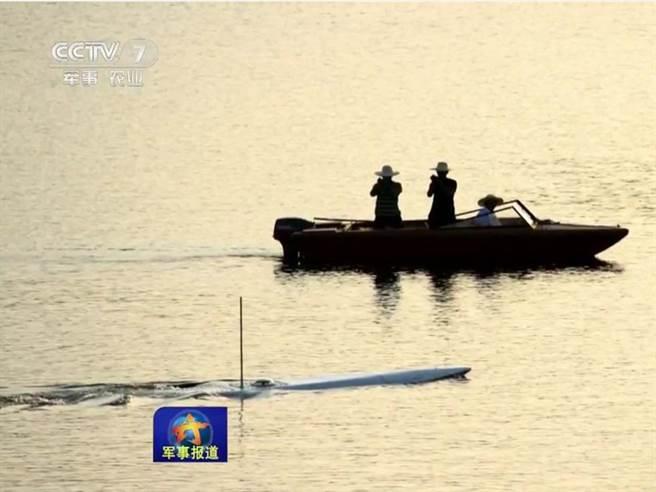 在大陸軍事節目中顯示,半潛船正在進行小模型的實驗。(圖/飛揚軍事)
