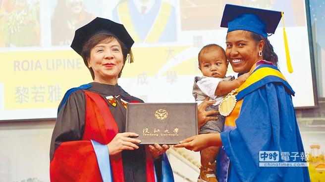 淡江大學蘭陽校園昨舉辦畢業典禮,來自吐瓦魯的黎若雅(右)攜幼子上台領證,成為全場注目焦點。(包正豪提供)