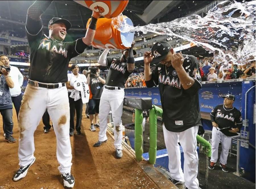 馬林魚投手沃奎茲(右)賽後被隊友波爾淋冰桶祝賀。(美聯社)
