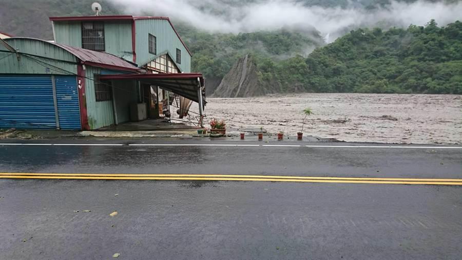 桃源區民宅遭大水沖毀,幸無人傷。(郭韋綺翻攝)