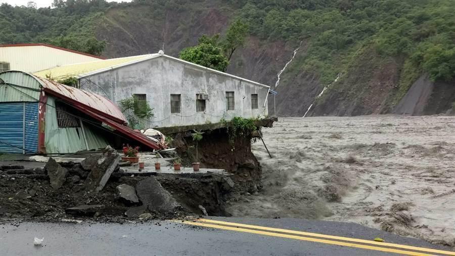 桃源區勤和里民宅遭洪水沖毀。(郭韋綺翻攝)