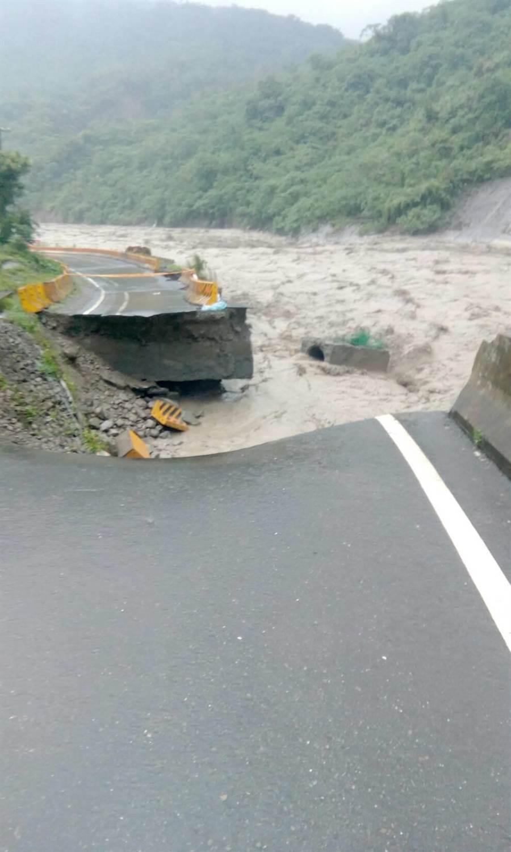 荖濃溪暴漲,台29線道路多處坍塌。(郭韋綺翻攝)