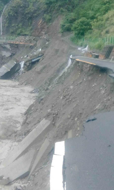 台29線道路坍塌封閉。(郭韋綺翻攝)
