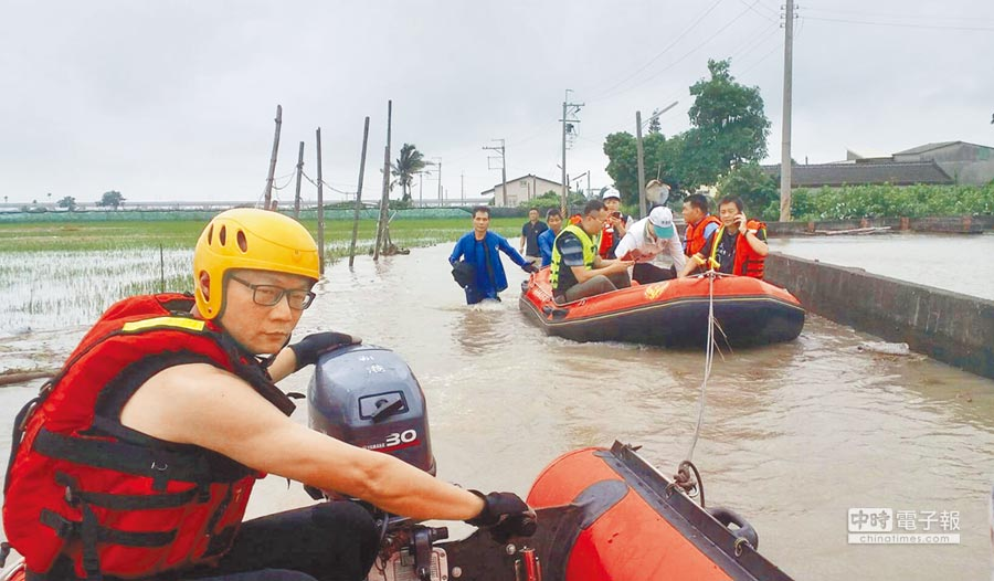嘉義縣新港鄉公所與消防人員搭乘橡皮艇前往低窪地區,為無法出門的災民運送物資。(新港鄉公所提供)