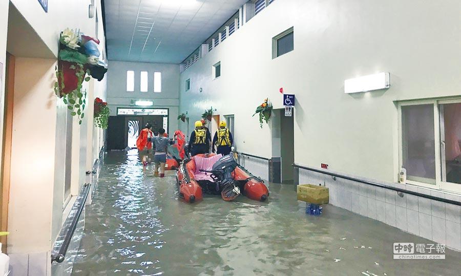 豪雨侵襲,斗南恩惠老人長期照顧中心淹水50公分,58人受困,上午9點全部安全撤離,圖為警消人員駕救生艇進入院區救援。(雲林縣消防局提供)