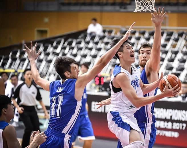 中華男籃劉錚躲過香港205公分混血中鋒惠龍兒防守,此役獲12分、4助攻。(取自FIBA官網)