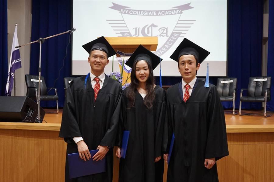 ICA第11屆畢業生表現優秀,岡部一郎(右起)、林芳岑、許睿哲都取得多張海外大學入場券。(王文吉攝)