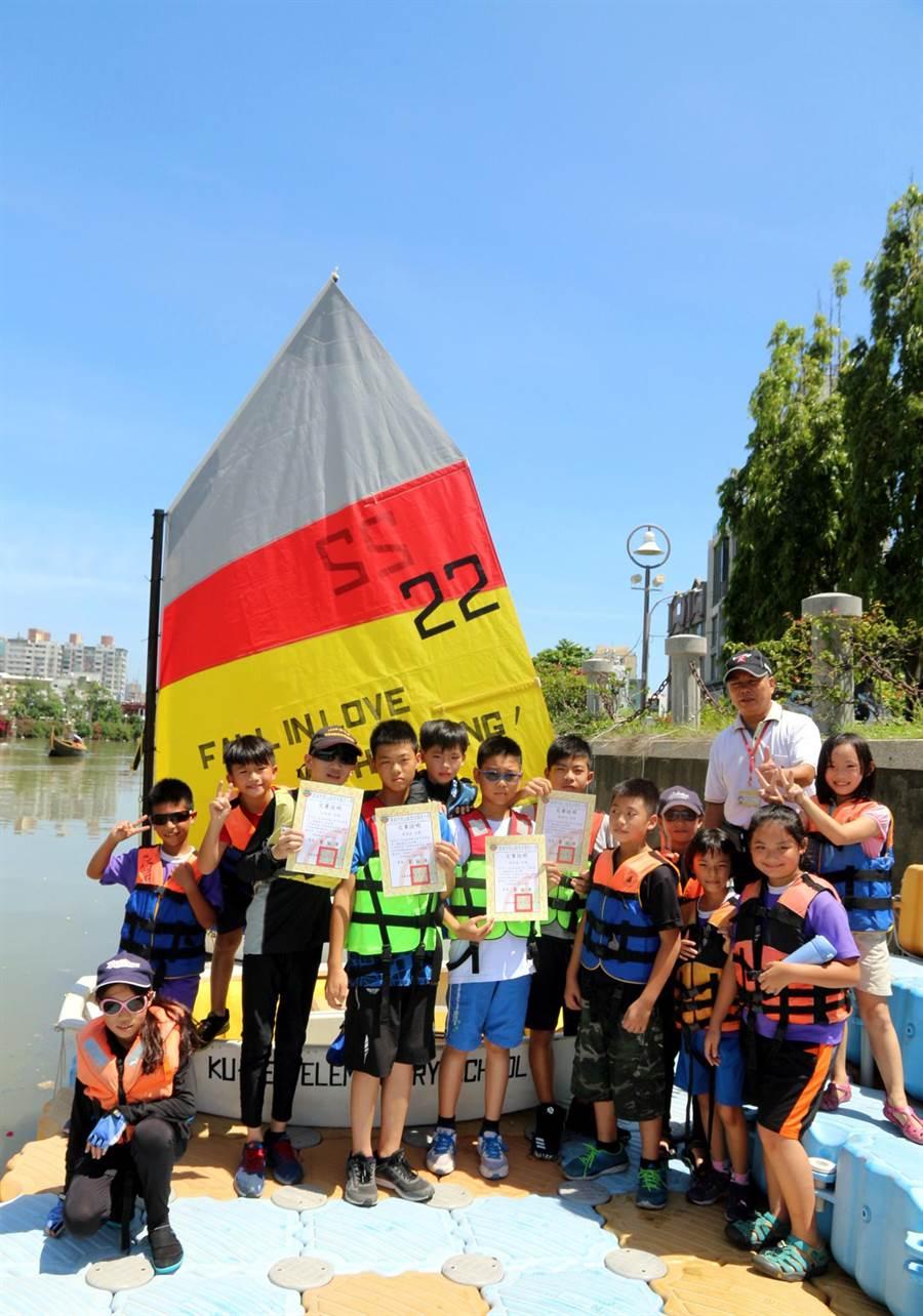 鼓岩國小38位畢業生風帆橫渡愛河,為告別童年的畢業禮物。(教育局提供)