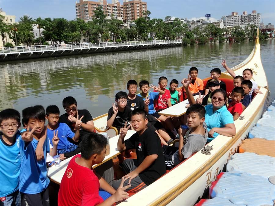 學校還讓畢業生們坐上「貢多拉船」徜徉愛海。(教育局提供)