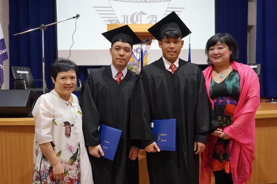 畢業生陳則愷(左二)、田村仁鵬(右二)將到美國芝加哥大學、南佛羅里達大學就讀。(王文吉攝)