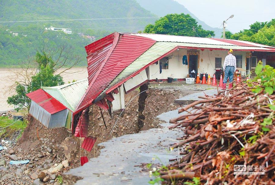 六龜荖濃里臨近荖濃溪邊的1間民宅底部被掏空,房屋一半坍塌懸掛在溪岸邊。(王錦河攝)
