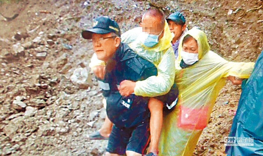 南投縣仁愛鄉有員警徒步背著生病村民,越過坍方處,助病患就醫。(仁愛分局提供)