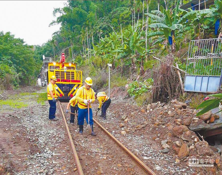 台鐵維修人員夜以繼日工作,負荷超載;圖為工程人員搶修這次雨災受損的集集線。(台鐵提供)