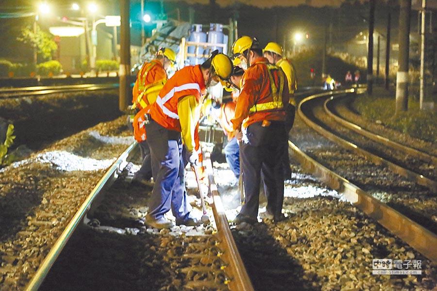 台鐵維修人員夜以繼日工作,負荷超載;圖為夜間進行換軌維修。(張家豪攝)