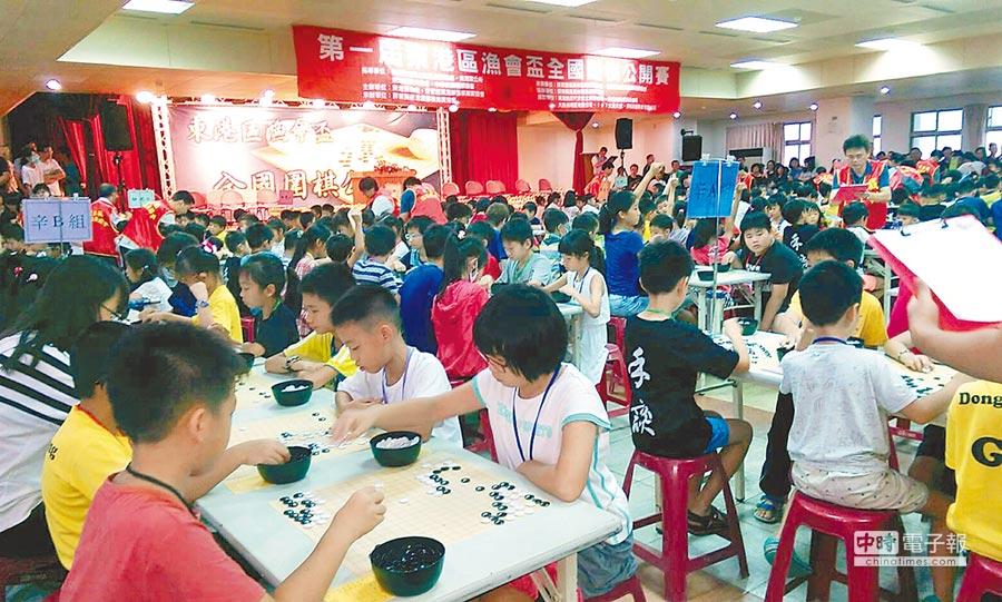 第1屆「東港區漁會盃」全國圍棋公開賽結合黑鮪魚季觀光活動,吸引700多人參賽,擠爆漁會大樓。(東港區漁會提供)