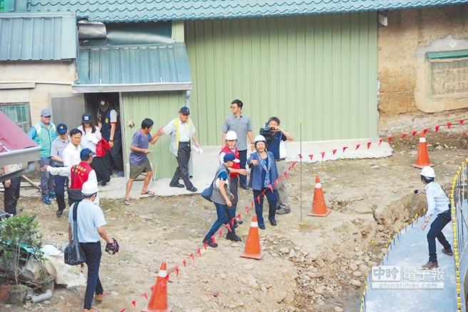 高巿府水利局完成坡地崩塌或地滑地質居民調查後,即陸續舉辦說明會及防災演練。(水利局提供)
