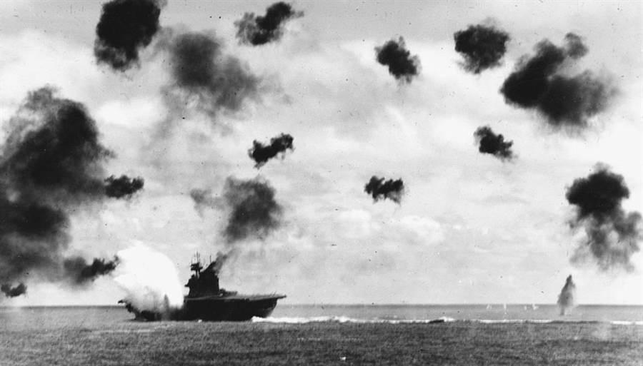 中途島戰役期間被日軍飛機瘋狂攻擊的約克鎮號。(圖/美國海軍)