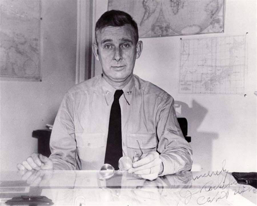 首先破譯日本密碼,並推測日本將要進攻中途島的美國情報分析師喬瑟夫.羅許福特。(圖/美國海軍)