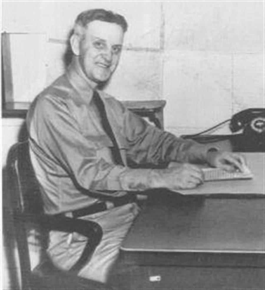 發布假情報查證AF地點的情報分析師威爾福特.福爾摩斯,在中途島戰役勝利後,得到傑出服務勳章。(圖/美國海軍)