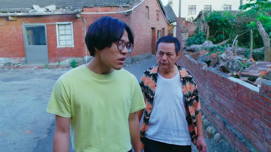 蔡振南(右)與盧廣仲在《花甲男孩轉大人》劇中演出父子,3分多鐘吵架一鏡到底,拍攝地點就在台中市。(圖/台中市府提供)
