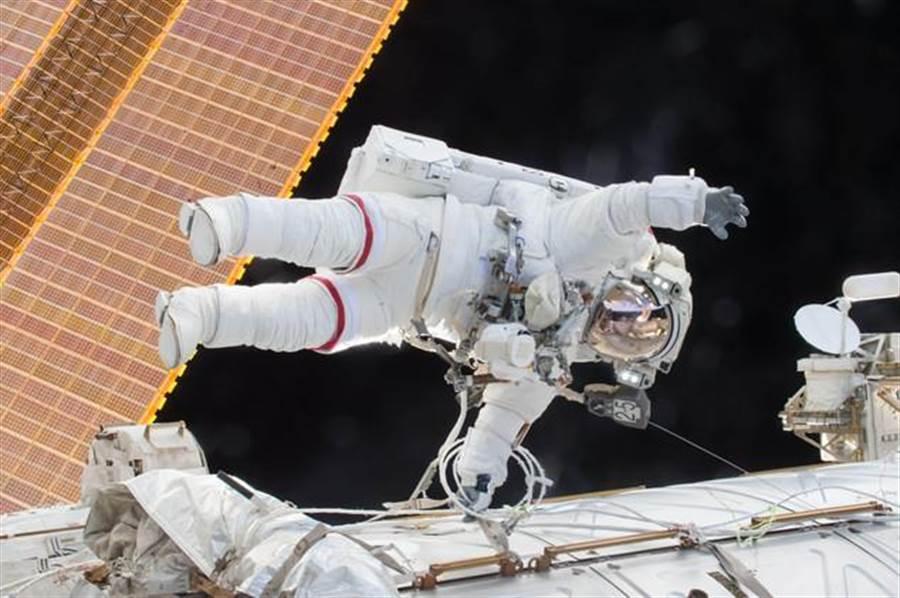 圖為身穿太空衣的太空人。(NASA)