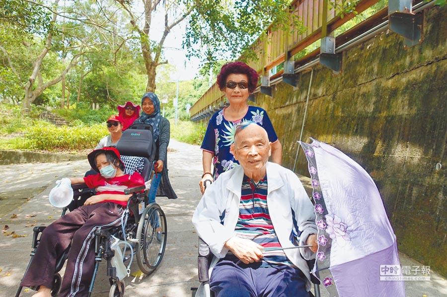 林爺爺(右),與妻子(右後)加入新竹市政府推動的「無障礙微旅行」,到青草湖重溫2人過往甜蜜約會。(郭芝函攝)