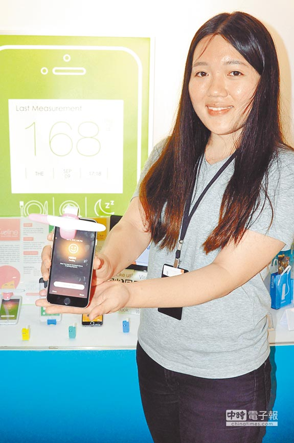 「亞洲.矽谷計畫執行中心」展示空間6日舉行開展記者會,展示11項新創團隊實體產品,其中安盛生科的PixoTest影像分析技術,可將智慧型手機轉為體外檢測儀器。(楊明峰攝)