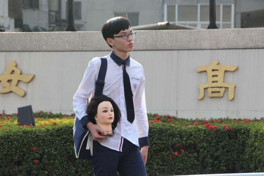 長榮女中美容相關科系的學生每天都會帶著假人頭上學。(程炳璋攝)