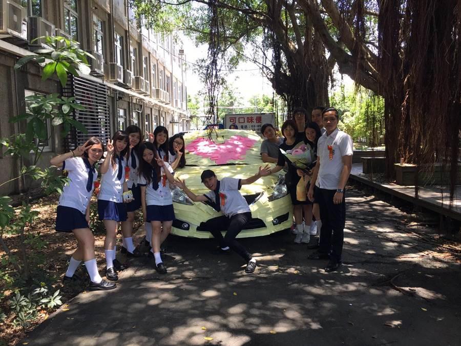 海星中學廣告設計與多媒體設計學程學生,將導師愛車貼滿便利貼,留給情同姊姊的一個難忘的畢業日。(張祈翻攝)