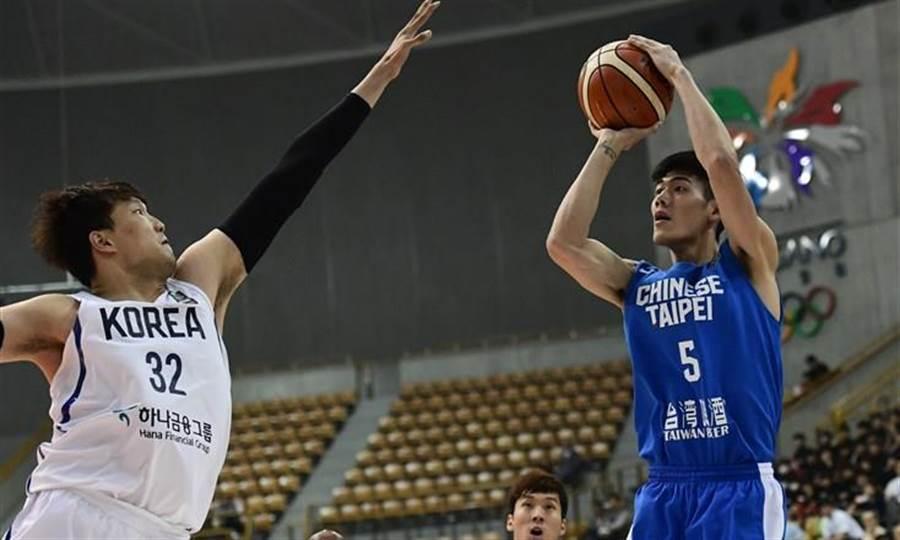 劉錚(右)帶領中華男籃7日逆轉擊敗韓國,首次奪得東亞錦標賽冠軍。(圖摘自亞洲籃總官網)