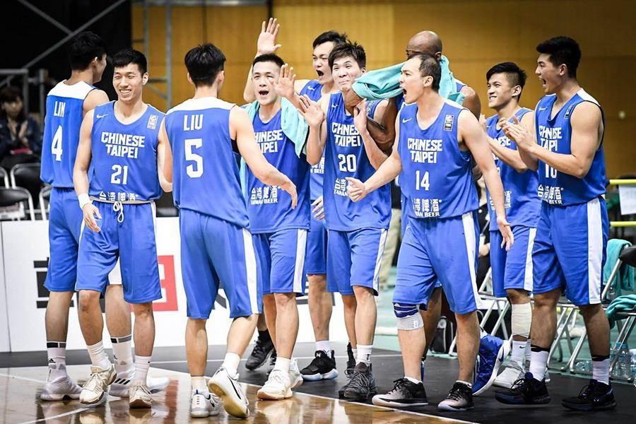 確定擊敗南韓摘冠後,中華男籃球員一起慶祝。(取自FIBA官網)