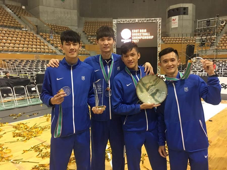 中華男籃在東亞錦標賽奪冠,劉錚(左起)、周伯勳、于煥亞與蔣淯安等人賽後開心合照。(圖/中華籃協秘書長李一中提供)