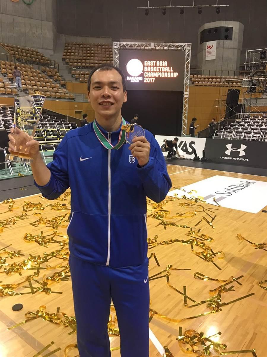 中華男籃在東亞錦標賽奪冠,隊長蔡文誠帶領小老弟成長茁壯。(圖/中華籃協秘書長李一中提供)