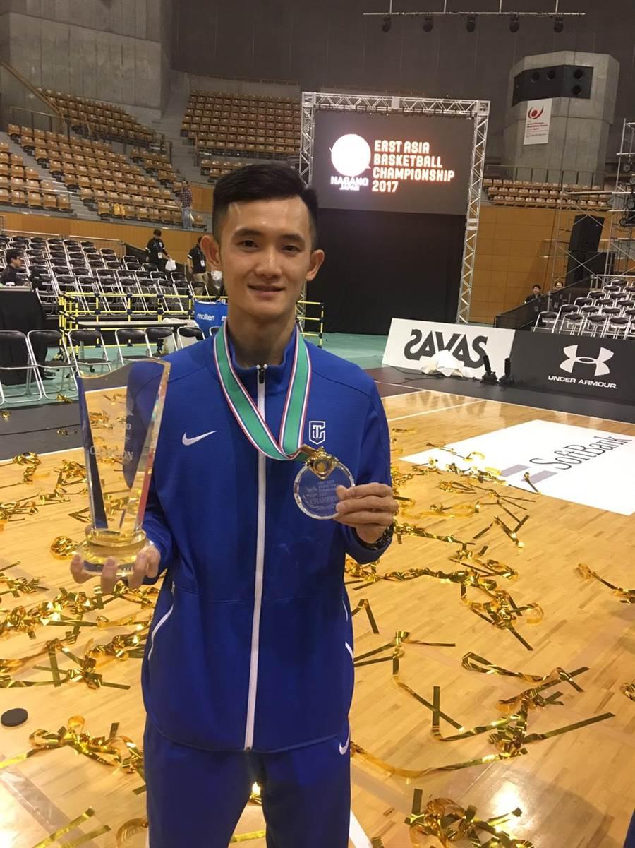 中華男籃在東亞錦標賽奪冠,蔣淯安留下帥氣照片。(圖/中華籃協秘書長李一中提供)